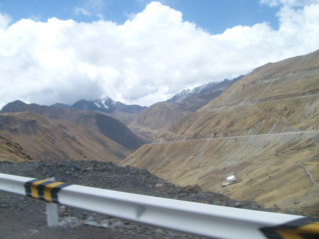 Machu Picchu Trilha Alternativa - Inka Jungle Trail - caminho antes de começar o downhill. Belas paisagens já nesta parte da aventura. Montanhas nevadas.