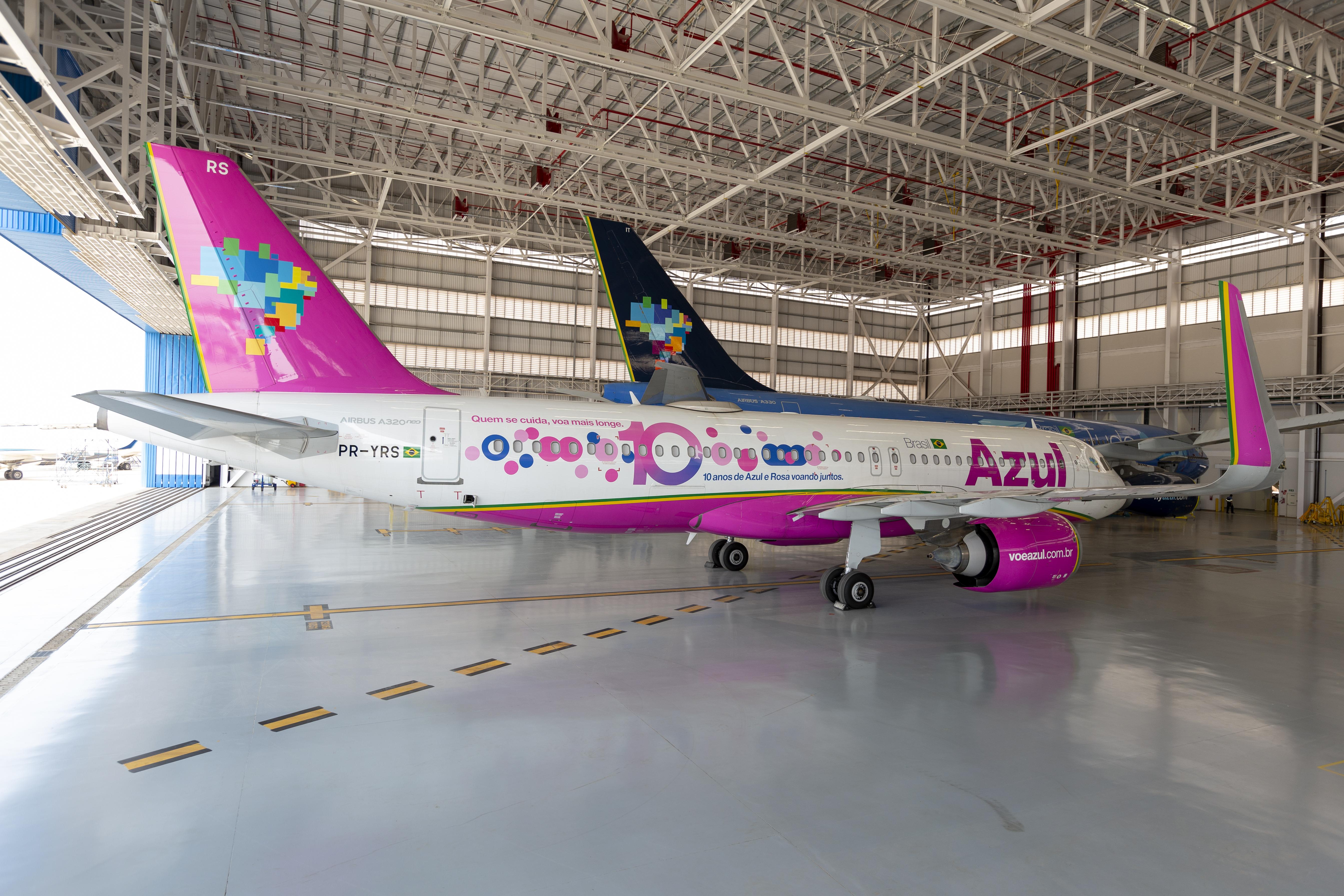 Azul pinta aviões em homenagem ao outubro rosa.